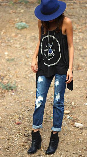 กางเกงยีนส์ขาดๆ Shop Frankie's, เสื้อกล้ามสีดำ Shop Frankie's, รองเท้าบู๊ท Rag & Bone, หมวกสีน้ำเงิน Forever 21