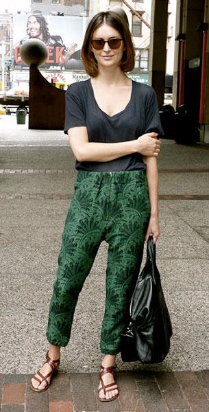กางเกง Harem ลายพิมพ์สีเขียว, เสื้อยืดสีดำ