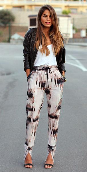 กางเกง Harem ลายพิมพ์ Mossman, เสื้อยืดสีขาว Zara, แจ็คเก็ตหนัง Zara, รองเท้า Mango, คลัทช์ Vintage