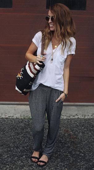 กางเกง Harem ลายสีดำ Jennifer Lopez for Kohls, เสื้อยืดคอวีสีขาว Urban Outfitters, รองเท้า Shoemint, กระเป๋า Target