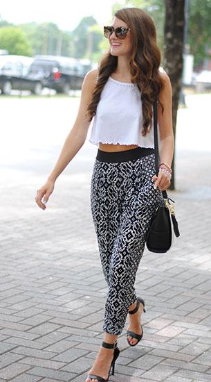 กางเกง Harem สีดำลายพิพม์สีขาว Topshop, เสื้อกล้ามครอปสีขาว Topshop, รองเท้าส้นสูง Kohl's, กระเป๋า Danielle Nicole