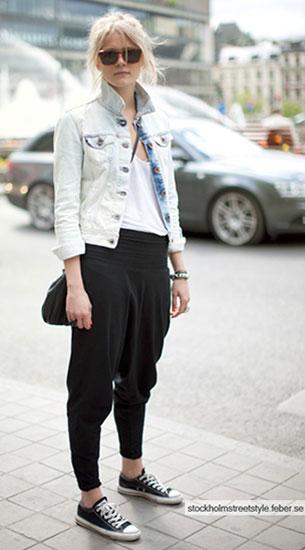 กางเกง Harem สีดำ, เสื้อยืดสีขาว, แจ็คเก็ตยีนส์, รองเท้าผ้าใบ