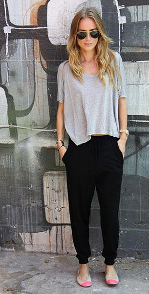 กางเกง Harem สีดำ Anine Bing, เสื้อยืดสีเทา Anine Bing, รองเท้า Yosi Samra, แว่นตากันแดด Ray Ban