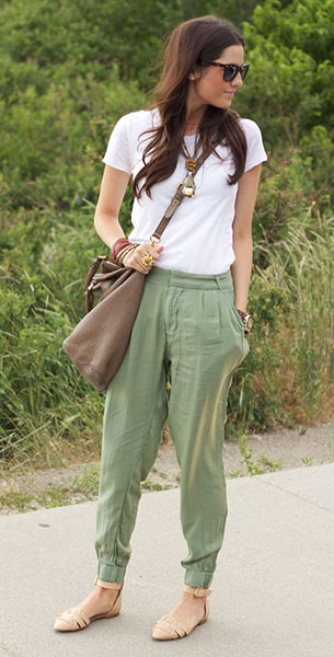 กางเกง Harem สีเขียว Zara, เสื้อยืดสีขาว J. Crew, รองเท้าสีนู้ด Zara, กระเป๋า Marc by Marc Jacobs