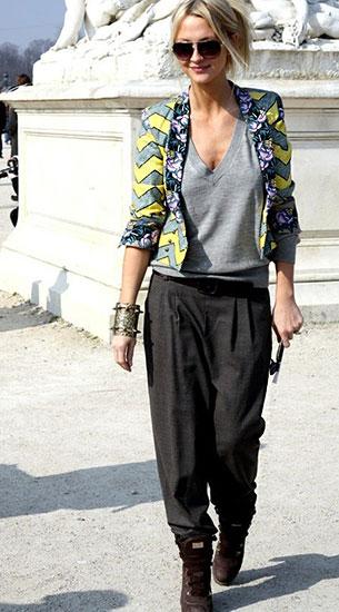 กางเกง Harem สีเทา, เสื้อยืดคอวีสีเทา, แจ็คเก็ตสีเขียวเหลือง, รองเท้าบู๊ท
