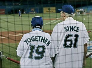 ภาพคู่รักสูงอายุกินใจ