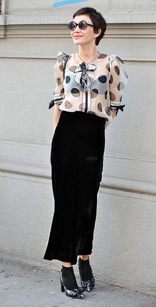 เสื้อลายจุดซีทรูสีขาวจุดดำ, กระโปรงยาวสีดำ