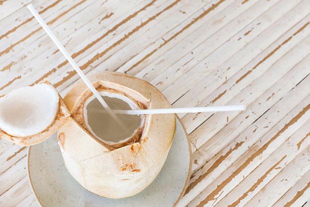 จะเกิดอะไรขึ้นถ้าคุณดื่มน้ำมะพร้าวติดต่อกัน