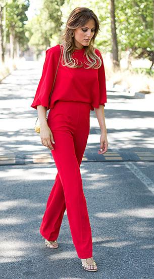 Jumpsuit สีแดง Lapavana, รองเท้าส้นสูง Lola Cruz, กระเป๋า Fat Baobab