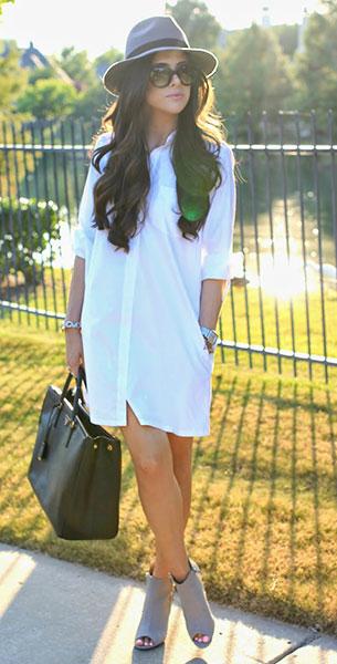 Shirt Dress สีขาว Cuyana, รองเท้าบู๊ทสีเทา, กระเป๋า Prada, หมวก Prima Donna, แว่นตากันแดด Prada