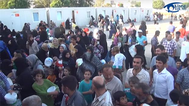 คู่บ่าวสาวชาวตุรกีเลี้ยงอาหารผู้อพยพในงานแต่งงาน