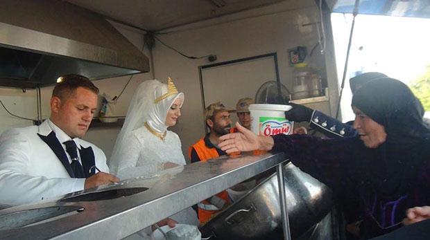 คู่แต่งงานชาวตุรกีเลี้ยงอาหารผู้อพยพในงานแต่งงาน