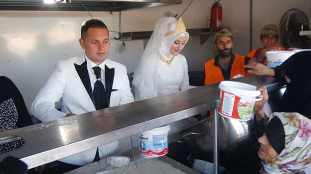 คู่แต่งงานตุรกีเลี้ยงอาหารผู้อพยพในงานแต่งงาน