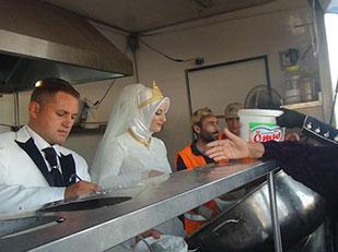 คู่แต่งงานเลี้ยงอาหารผู้อพยพในวันแต่งงาน