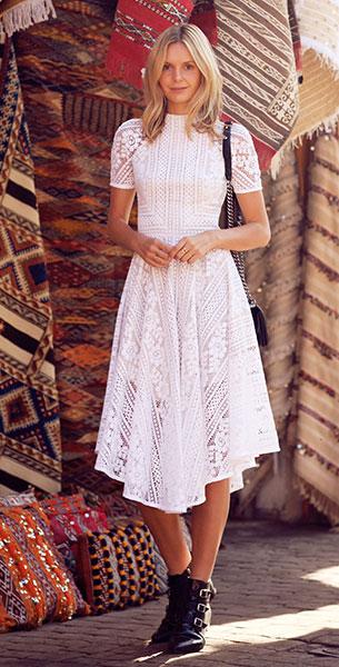ชุดลูกไม้สีขาว Lover Valentine, รองเท้าบู๊ท Jimmy Choo, กระเป๋า Chanel