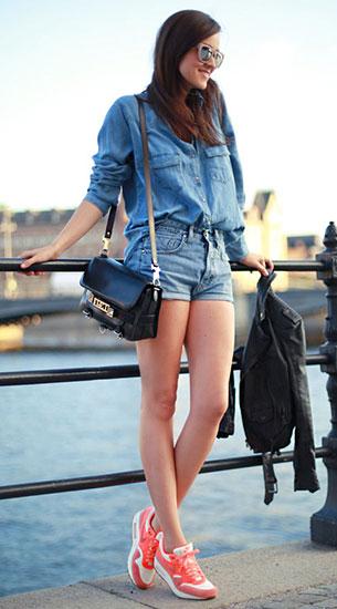 รองเท้า Nike Air Max สีส้ม, เสื้อเชิ้ตยีนส์ Zara, กางเกงยีนส์ขาสั้น MiH Jeans, กระเป๋า Proenza Schouler, แว่นตากันแดด H&M