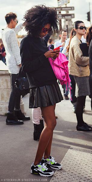 รองเท้า Nike Air Max, สเว็ตเตอร์สีดำ, กระโปรงบานสั้นสีดำ