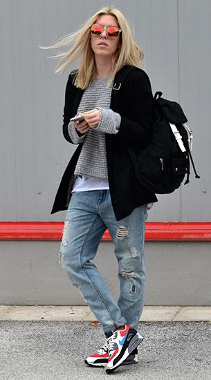รองเท้า Nike Air Max, สเว็ตเตอร์สีเทา Gina Tricot, เสื้อกล้ามสีขาว Gina Tricot, เสื้อสูทสีดำ Gina Tricot, กางเกงยีนส์ Zara