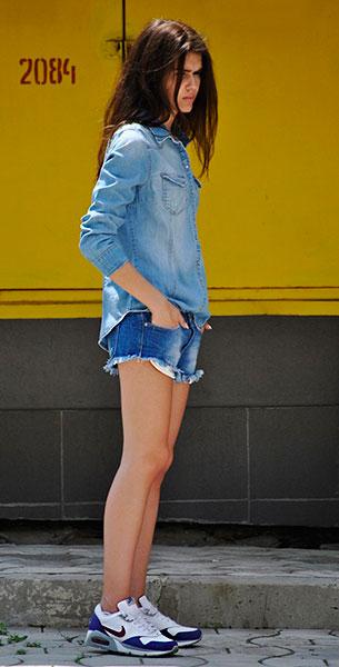 รองเท้า Nike Air Max, เสื้อยีนส์ H&M, กางเกงยีนส์ขาสั้น Zara