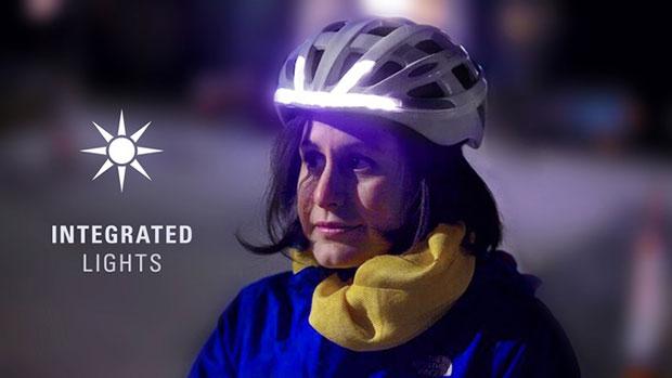 หมวกกันน็อคจักรยานที่มีสัญญาณไฟหน้าสีขาว
