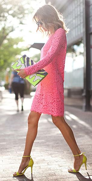 เดรสลูกไม้สีชมพู DKNY, รองเท้าส้นสูงสีเขียวนีออน Prabal Gurung, คลัทช์ Nila Anthony