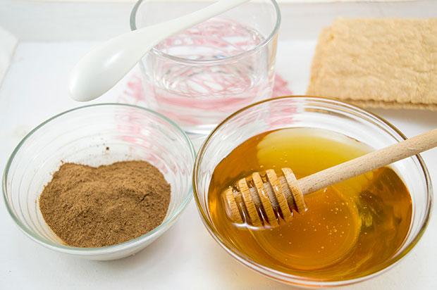 แผ่นลอกซินนาม่อนและน้ำผึ้งสามารถกำจัดสิวหัวดำบนจมูก