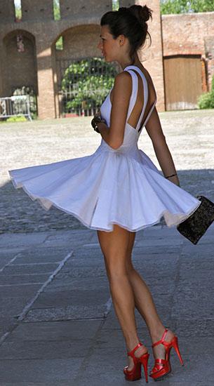 ชุดเดรสไปงานปาร์ตี้สีขาว Azzedine Alaïa, รองเท้า YSL, กระเป๋า Dolce & Gabbana