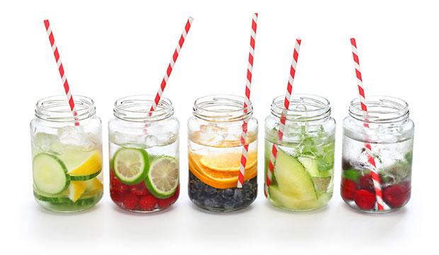 ผักและผลไม้เพื่อเพิ่มรสชาติให้กับน้ำ