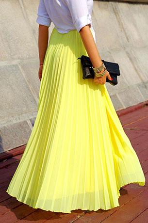 กระโปรงจีบสีเหลือง Show Room, เสื้อเชิ้ตสีขาว Topshop, รองเท้า YSL, คล้ทช์ Chanel