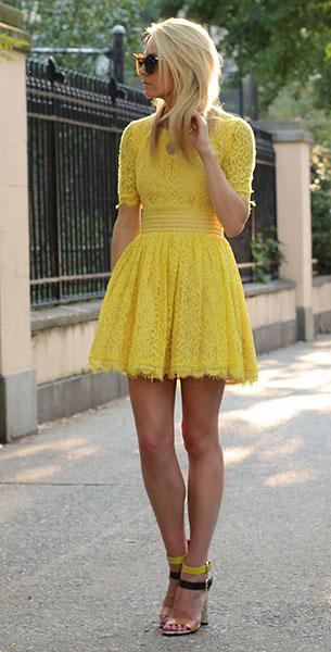 เดรสลูกไม้สีเหลือง Asos, รองเท้าสีเหลืองสีดำ Zara, แว่นตากันแดด Karen Walker