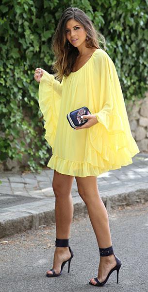 เดรสสีเหลือง Coosy, รองเท้าส้นสูงสีดำ Mas34, คลัทช์ Zara, ต่างหู Primark