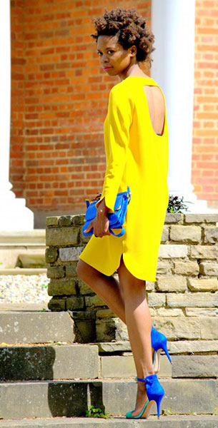 เดรสสีเหลือง Zara, รองเท้าส้นสูงสีน้ำเงิน Zara, กระเป๋าสีน้ำเงิน Zara