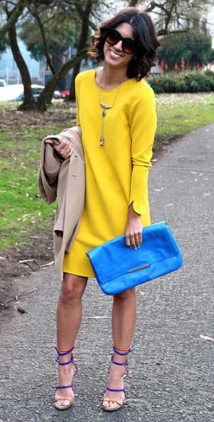 เดรสสีเหลือง Zara, แจ็คเก็ตสีน้ำตาลอ่อน Zara, รองเท้าสีม่วงสีส้ม  Proenza Schouler, กระเป๋าสีฟ้า Zara