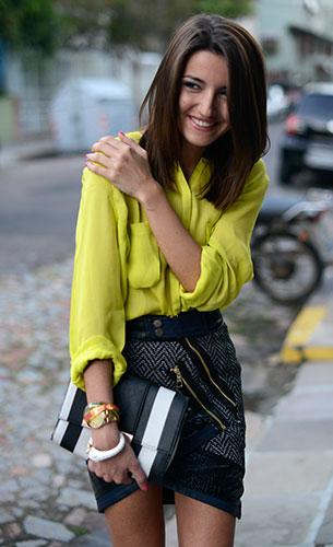 เสื้อเชิ้ตสีเหลือง Custonmade, กระโปรง Three Floor, รองเท้า Zara, กระเป๋าสีขาวดำ Asos