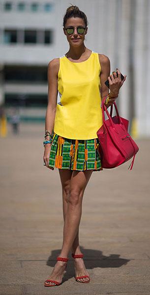 เสื้อแขนกุดสีเหลือง, กระโปรงสีเขียว, รองเท้าสีแดง Alexandre Birman, รองเท้าสีชมพู Celine