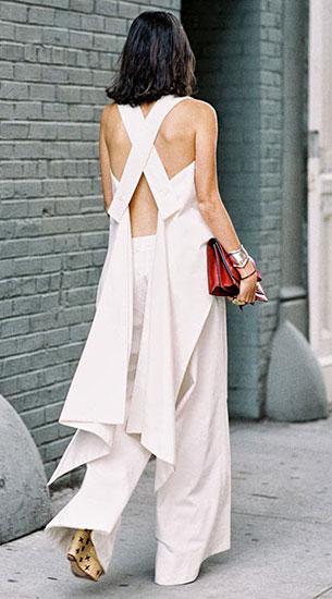 กางเกงขาบานสีขาว, เสื้อแขนกุดสีขาว