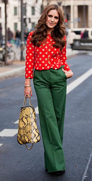 กางเกงขาบานสีเขียว, เสื้อสีแดงลายจุดสีขาว, กระเป๋าสีเหลืองลายหนังงู