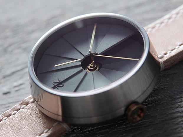 นาฬิกาดีไซน์ภาพบันไดวน