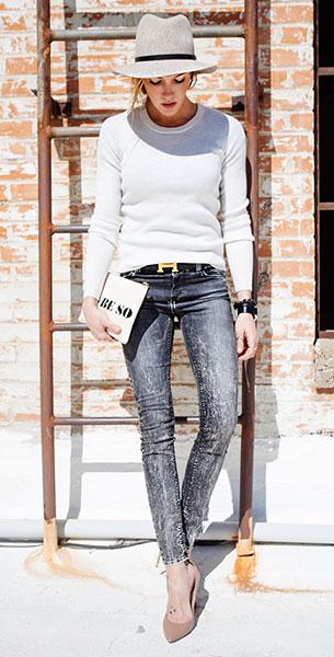 กางเกงยีนส์ฟอกสีดำ IRO, สเว็ตเตอร์สีขาว IRO, รองเท้าส้นสูง Valentino, กระเป๋า Jonathan Adler, หมวก Rag & Bone