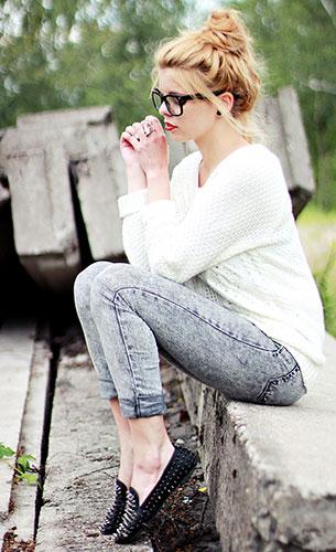 กางเกงยีนส์ฟอก, สเว็ตเตอร์สีขาว Beginning Boutique, รองเท้า Romwe