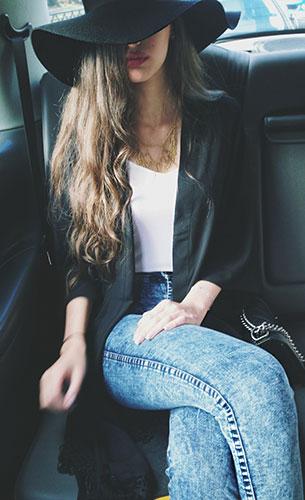 กางเกงยีนส์ฟอก, เสื้อยืดสีขาว, แจ็คเก็ตสีดำ