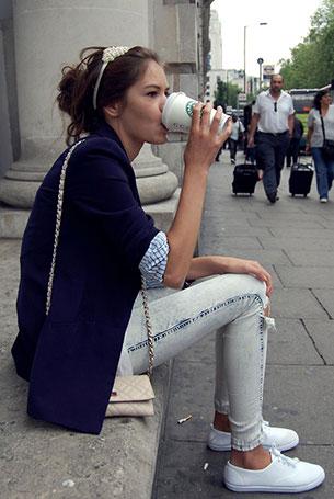กางเกงยีนส์ฟอก, เสื้อสูทสีน้ำเงิน, เสื้อเชิ้ตลายตั้ง