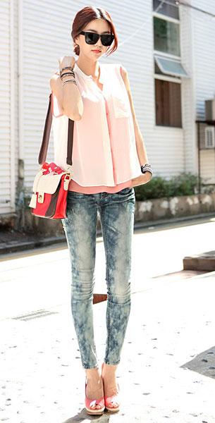 กางเกงยีนส์ฟอก, เสื้อแขนกุดสีชมพู, เสื้อกั๊กบางสีขาว
