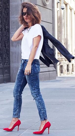 กางเกงยีนส์ฟอก Asos, แจ็คเก็ตหนัง Zara, เสื้อสีขาว Zara, รองเท้าสีแดง Krack