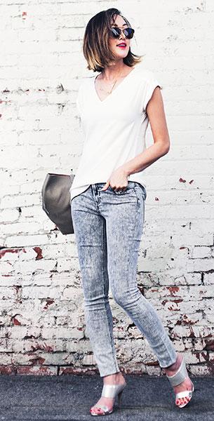 กางเกงยีนส์ฟอก Express, เสื้อยืดสีขาว Express, รองเท้าสีเงิน Pura Lopez, กระเป๋า Cuyana