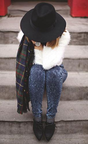 กางเกงยีนส์ฟอก Forever21, สเว็ตเตอร์สีขาว Sheinside, รองเท้า Forever21, ผ้าพันคอ Zara, หมวก Forever21