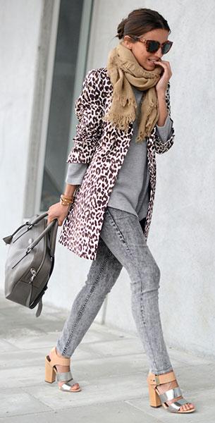กางเกงยีนส์ฟอก H&M, สเว็ตเตอร์สีเทา Zara, เสื้อโค้ทลายเสือดาว Lefties, รองเท้า Sam Edelman, กระเป๋า Tous Gentle