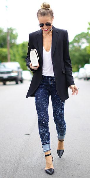 กางเกงยีนส์ฟอก Rag & Bone, เสื้อยืดสีขาว Emerson Grace, เสื้อสูทสีดำ Theory, รองเท้าส้นสูง Alexander Wang, กระเป๋า Kelly Wynne