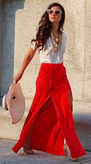กระโปรงยาวสีแดง BCBG, เสื้อสีขาว Zara, รองเท้าส้นสูงสีนู้ด Christian Louboutin, หมวก Marley Lilly