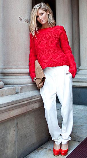 สเว็ตเตอร์สีแดง Sass & Bide, กางเกงสีขาว Lover, รองเท้าสีแดง Wittner